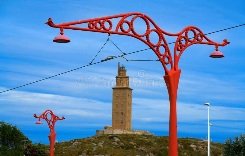 De rode straatlantaarns van La Coruna en Hercules-toren Galicië stock fotografie