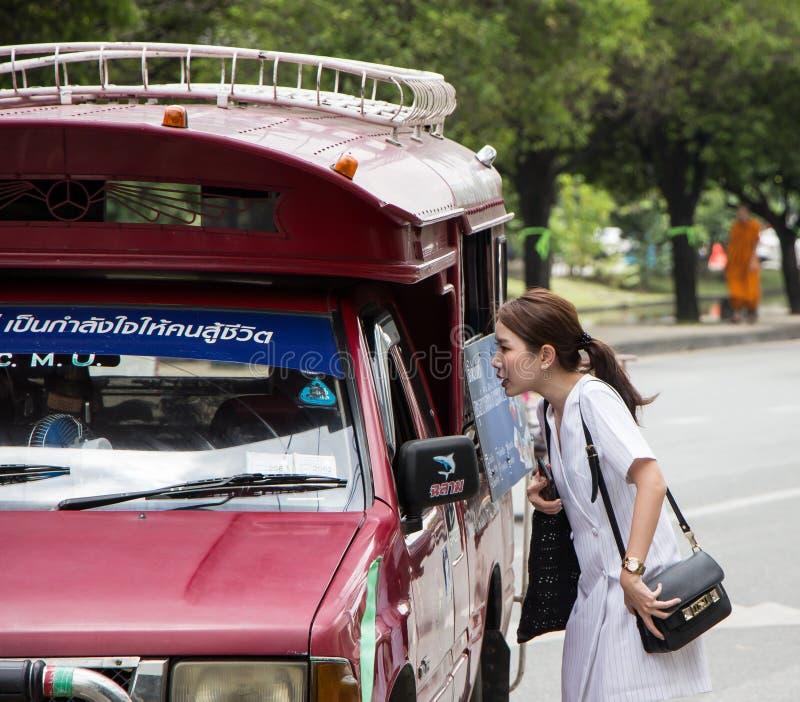 De Rode Taxi Chiangmai van de toeristenvraag stock afbeeldingen