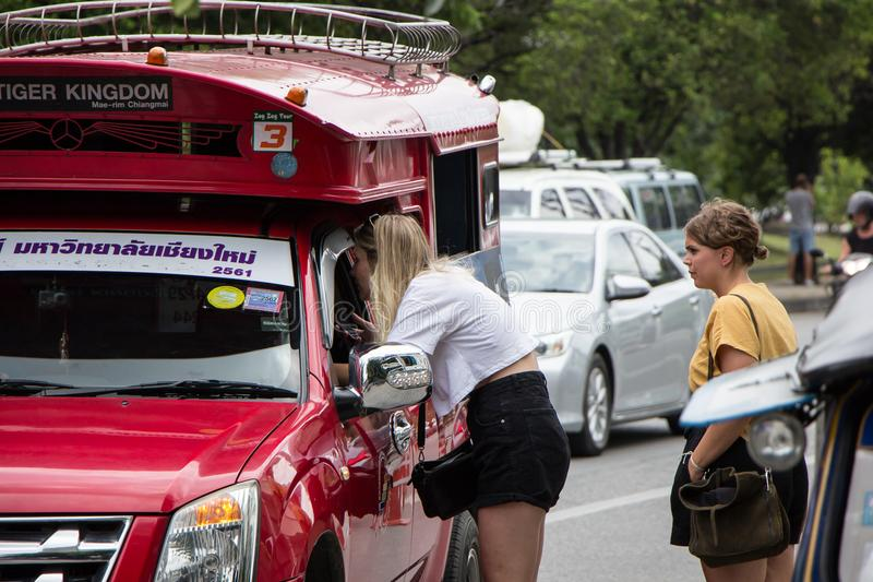 De Rode Taxi Chiangmai van de toeristenvraag royalty-vrije stock afbeelding