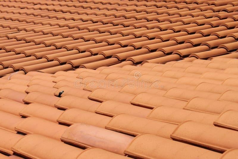 De rode tegels van de dakklei royalty-vrije stock afbeeldingen