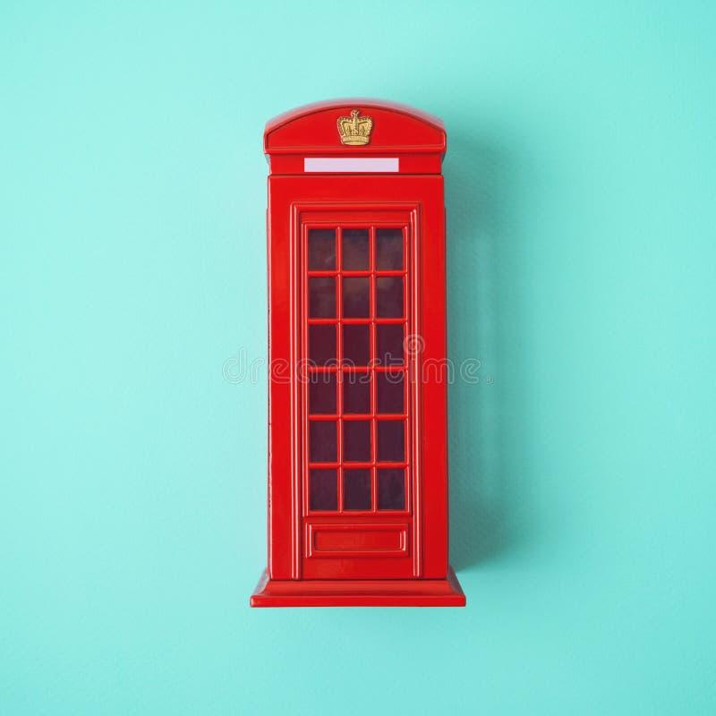 De rode telefooncel van Londen op blauwe achtergrond stock foto's