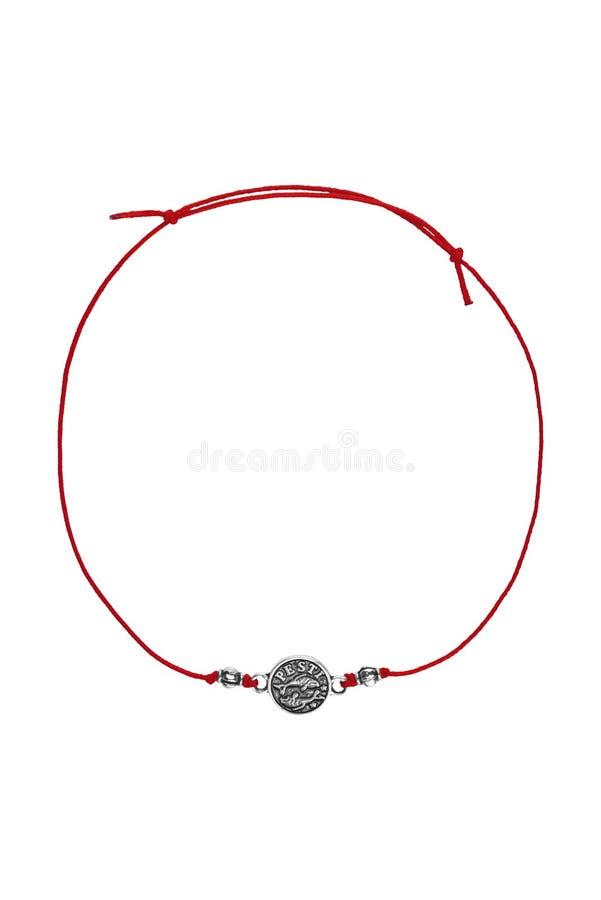 De rode textiel regelbare armband met zilveren Roemeense Vissen charmeert dierenriemteken, dat op witte achtergrond wordt geïsole royalty-vrije stock afbeelding