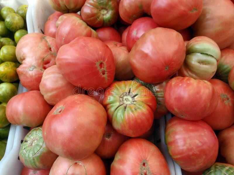De rode Tomaten van het Erfgoed voor verkoop bij landbouwersmarkt stock foto