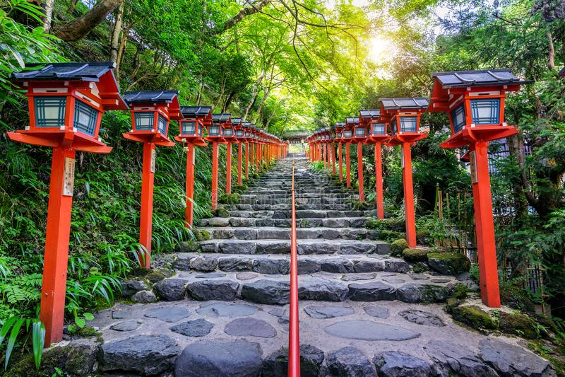 De rode traditionele lichte pool bij Kifune-heiligdom, Kyoto in Japan stock fotografie