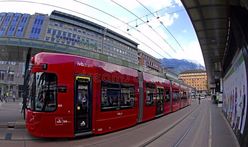 De Rode Tram Van Innsbruck Redactionele Afbeelding