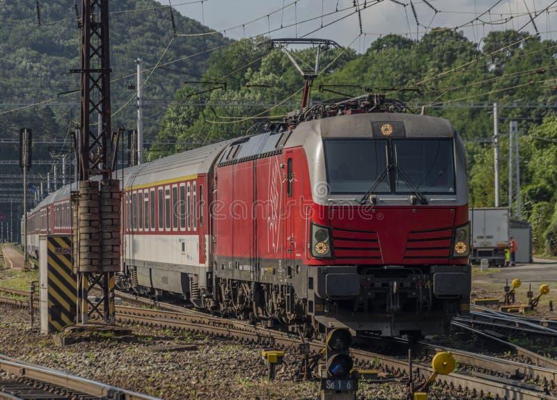 De rode trein van Slowakije in Kysak-post in Oost-Slowakije royalty-vrije stock afbeeldingen