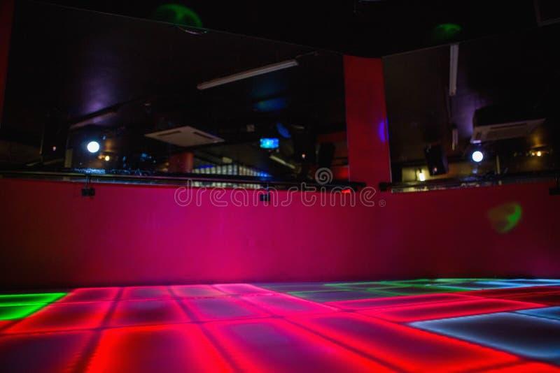 De rode verlichte vloer van de discodans stock afbeeldingen
