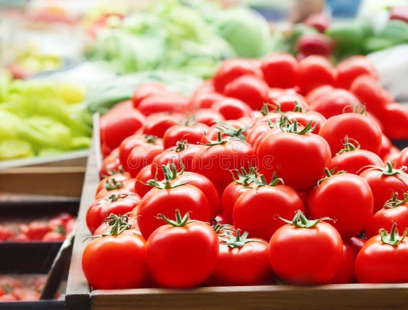 De rode verse rijpe tomaten sluiten omhoog in de supermarkt Groentenoogst stock afbeeldingen