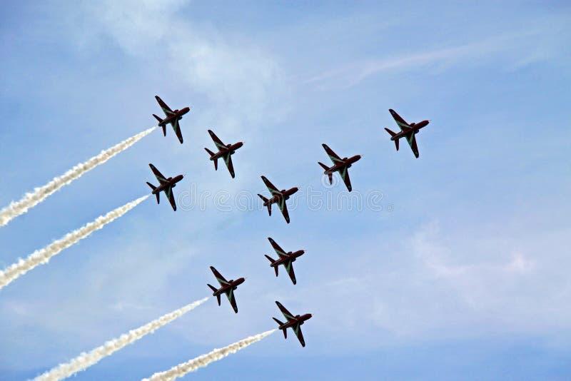 De rode vliegtuigen van de Luchtmacht van de Pijl R.A.F. aerobatic straal stock fotografie