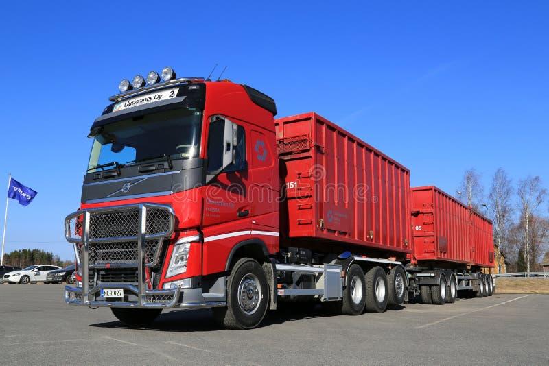 De rode Vrachtwagen van Volvo FH met Volledige Aanhangwagen en Blauwe Hemel stock fotografie