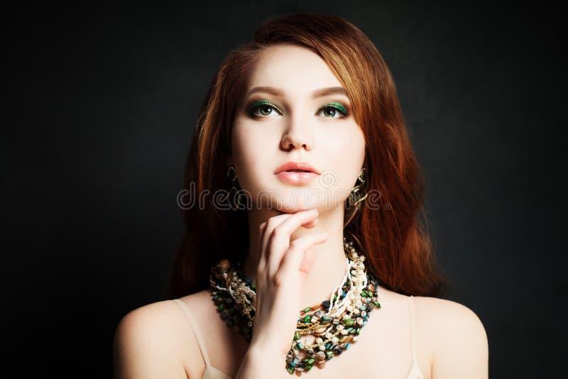 De rode vrouw van het Haar Roodharige, Make-up, Mooi Gezicht royalty-vrije stock afbeelding