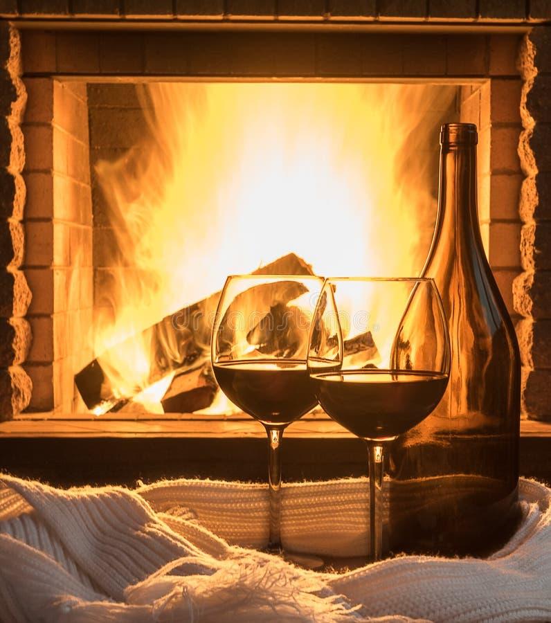 De rode wijn op comfortabele open haardachtergrond, sluit omhoog royalty-vrije stock afbeelding