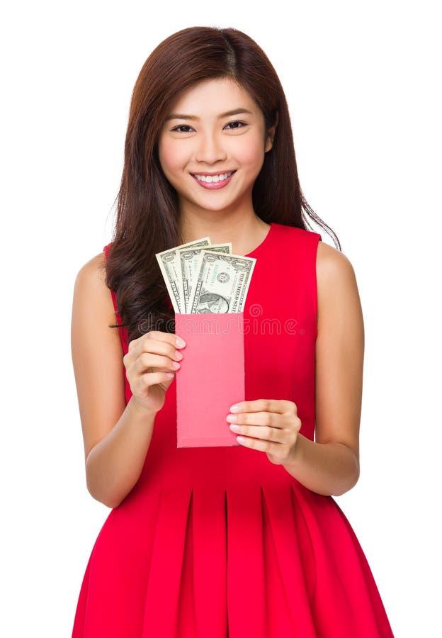 De rode zak van de vrouwengreep met USD stock afbeeldingen