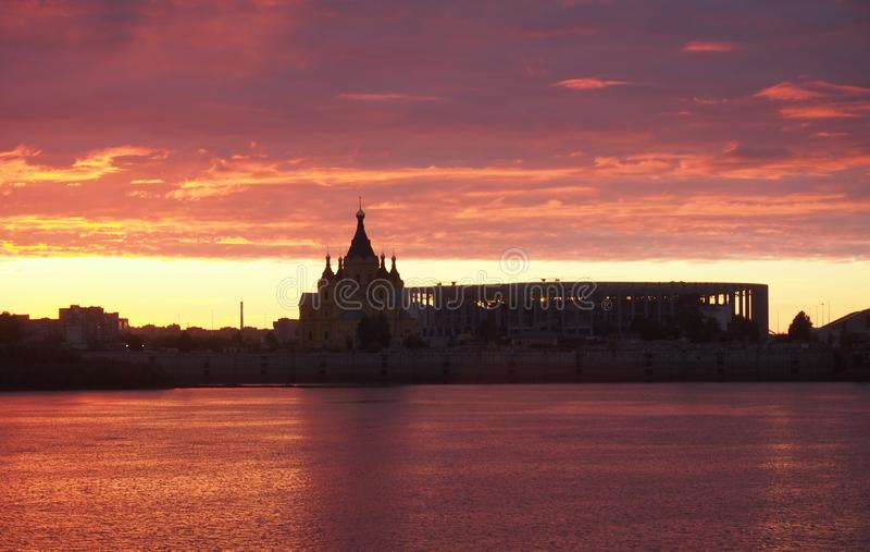 De rode zonsondergang Kijk in Nizhny Novgorod op Volga en Oka riv stock foto