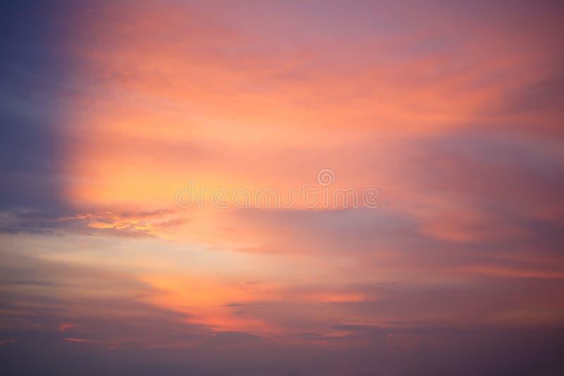 De rode Zonsondergang van de Hemel heldere zonsondergang in de hemel, de hemel de kleur van brand stock foto
