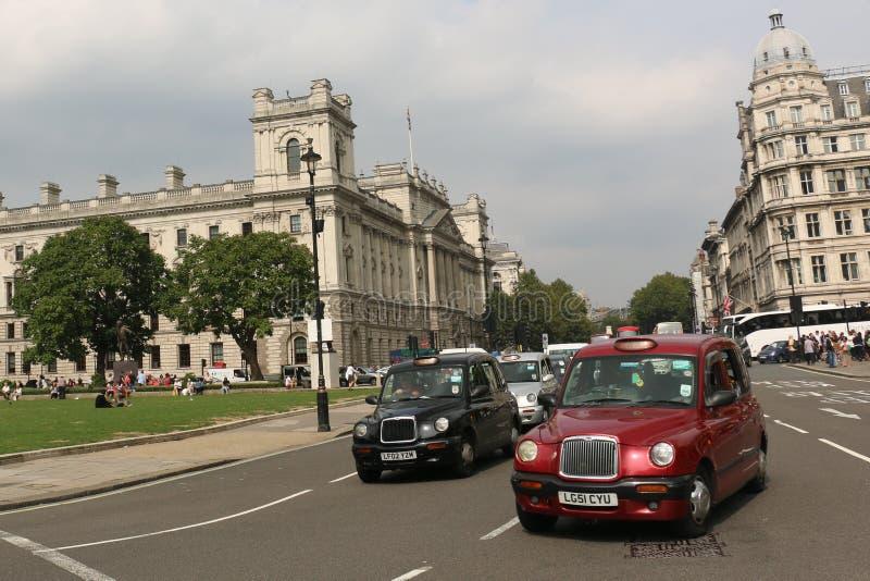 De rode of Zwarte Taxi van Londen stock afbeelding