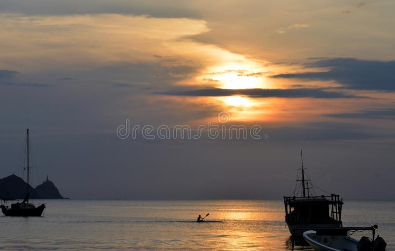 De roeier en de Zonsondergang bij tagangastrand royalty-vrije stock foto