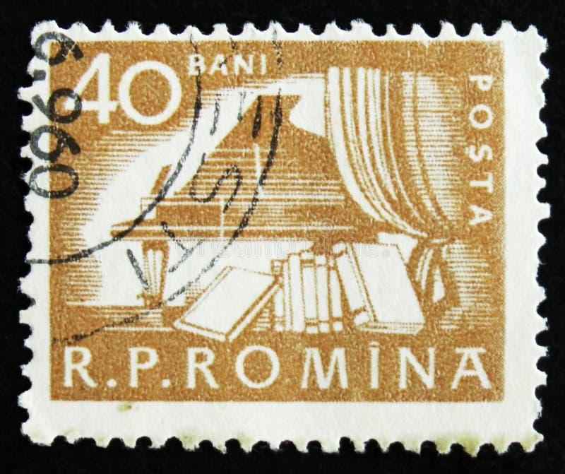 De Roemeense postzegel toont Piano in zaal en boeken, circa 1960 stock fotografie
