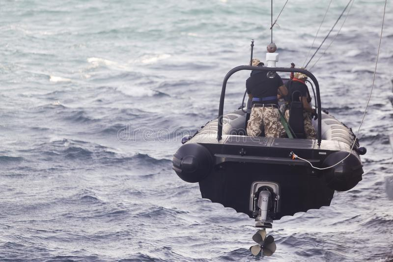De Roemeense speciale krachtenmarine wordt gelaten vallen in een rubbervlot stock afbeelding