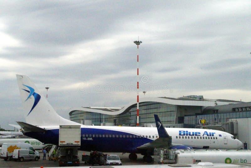 De Roemeense straal van Blue Air van de lage die kostenluchtvaartlijn aan een hub en het bijtanken wordt aangesloten stock fotografie
