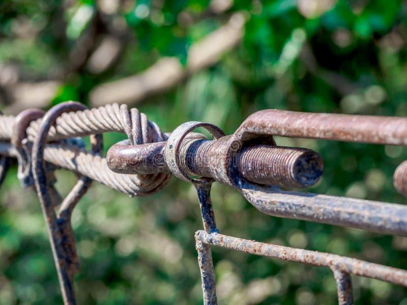 De roestige die de slingerhaak en knopen sluiten, bouten worden gebruikt om bridg op te zetten stock foto