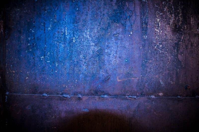De roestige muur van de ijzergarage met een lassenlijn stock afbeelding