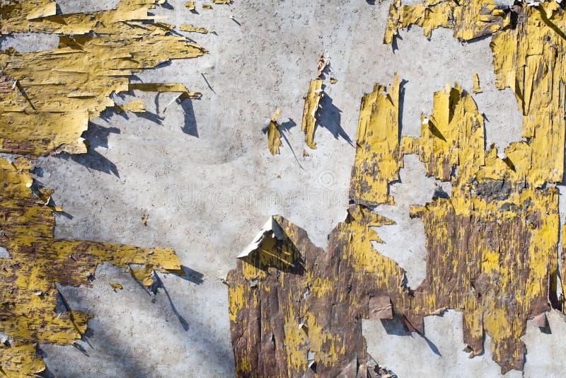 De roestige oppervlakte van de metaal oude afgeschilferde gele geschilderde textuur royalty-vrije stock foto's