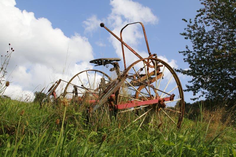De roestige tractor, maaidorser op een weide, een gebied royalty-vrije stock foto's
