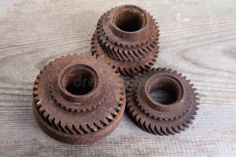 De roestige wielen van het ijzertoestel op raad stock afbeelding