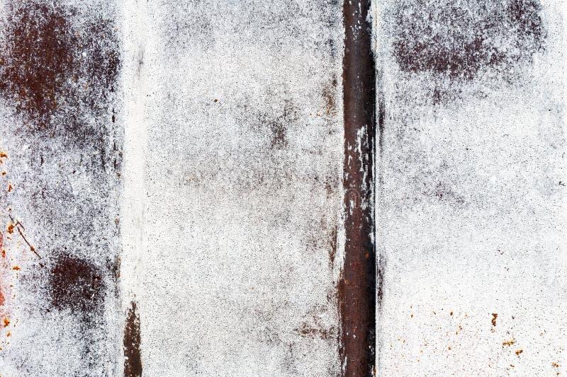 De roestige witte en rode muur van de metaalgarage met penseelstreken van verf en verticale strepen royalty-vrije stock afbeelding