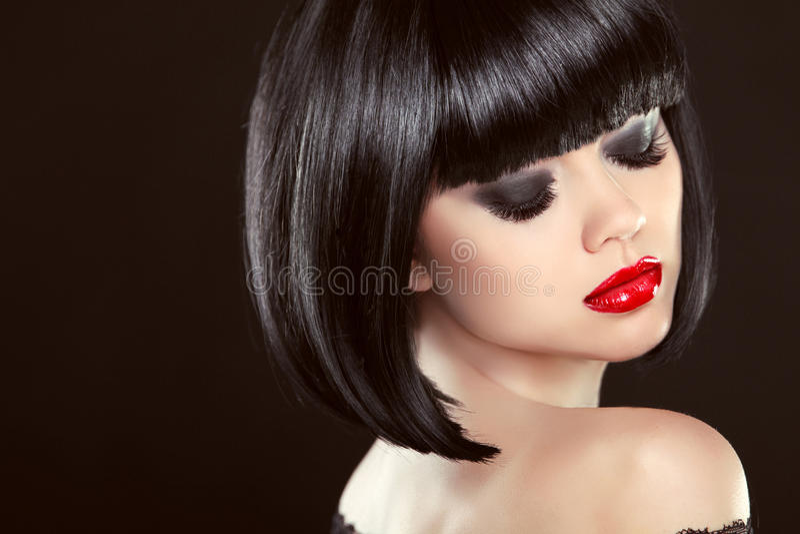 De rokerige close-up van de ogenmake-up Zwart loodjeskapsel Sexy rode lippen stock foto's