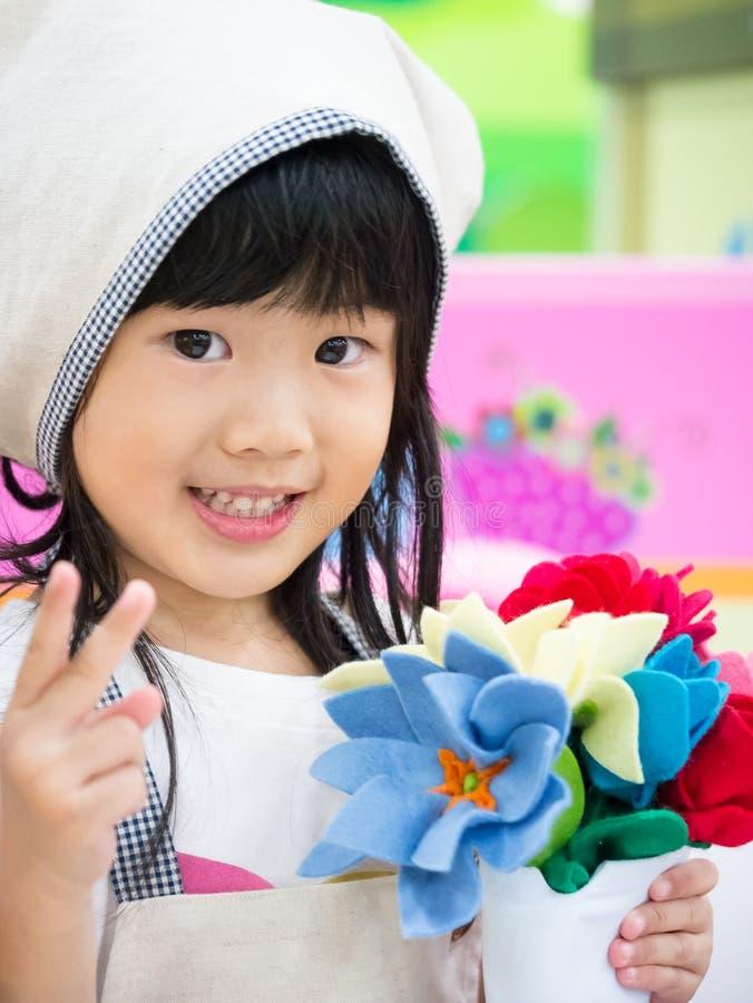 De rol speelmeisje van het bloemistberoep stock foto's