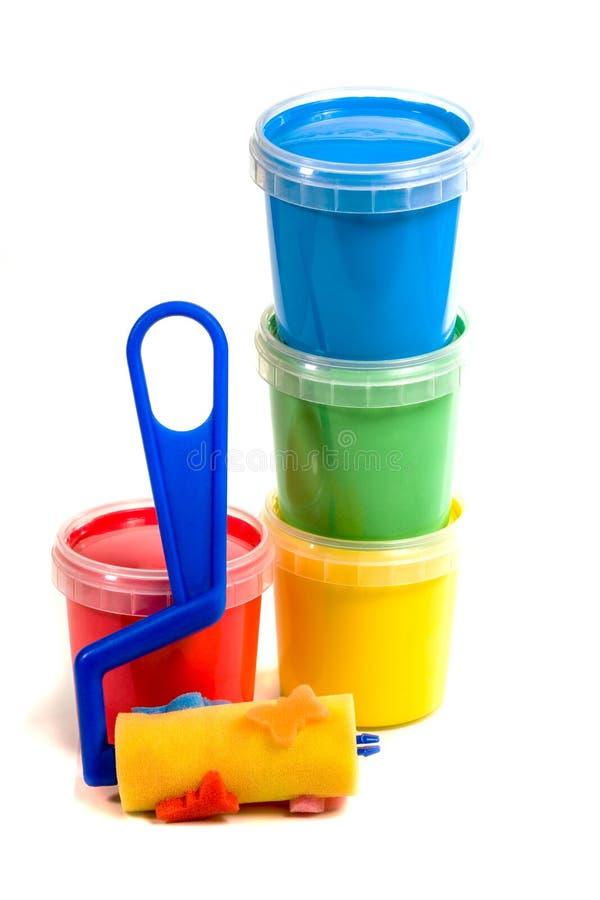 De rol van kinderen en kleurrijke verfemmer stock foto