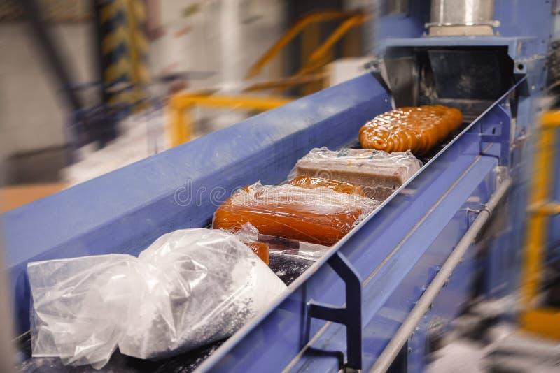 De rol van de productielijntransportband, door automatische band wordt bewogen die royalty-vrije stock foto