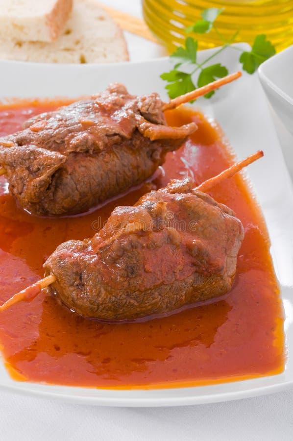 De rollade van het vlees op witte schotel. stock foto's