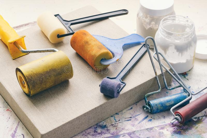 De rollen van de kunstenaarsborstel voor canvasdeklaag en linnen artistiek canvas voor het schilderen stock fotografie