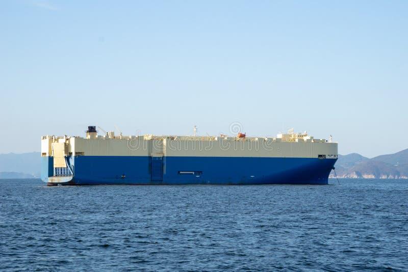 De roller/roll-off de schepen van ro's/ro of van de ro/ro of oceangoing schip van de voertuigdrager verankeren in de open zee royalty-vrije stock afbeeldingen