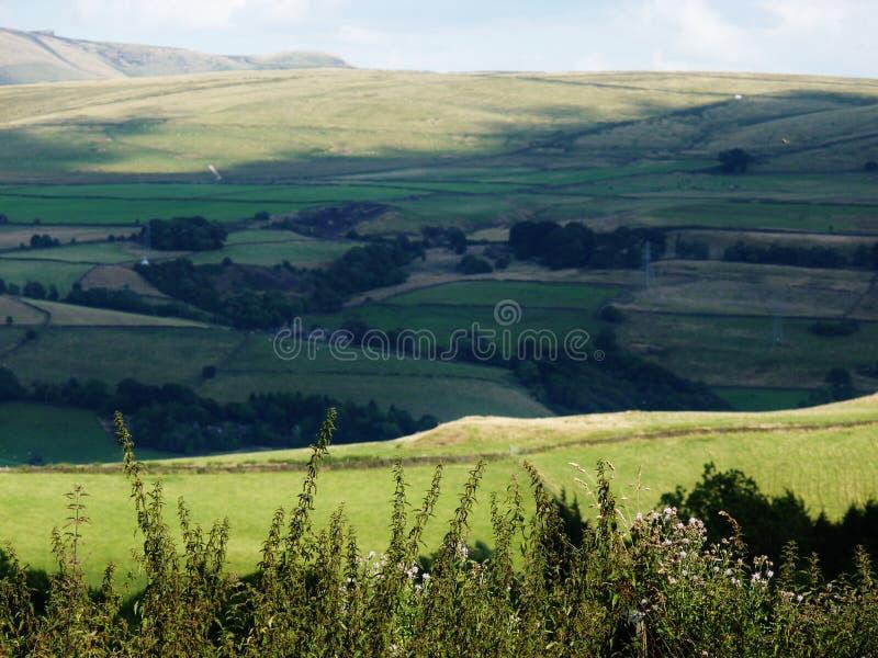 De Rolling schaduw van de heuvelslandbouwgrond over heuvel stock foto
