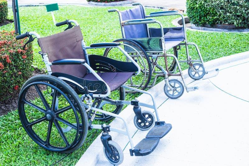 De rolstoelen voor de gehandicapten en de bejaarden zijn beschikbaar in Wat Nong Kum stock foto