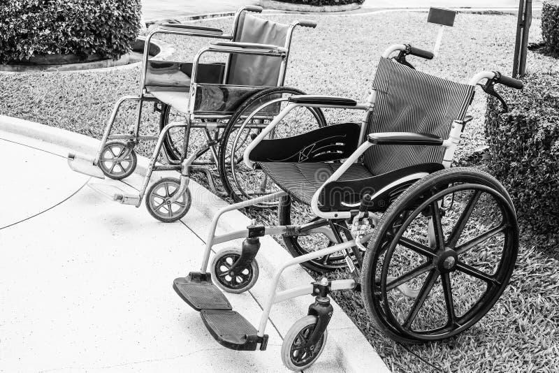 De rolstoelen voor de gehandicapten en de bejaarden zijn beschikbaar in Wat Nong Kum stock fotografie