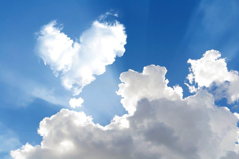 de romantische abstracte blauwe hemel van de Hartwolk en backgrou van de wolkenaard stock foto's