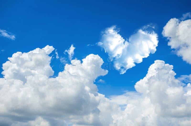 de romantische abstracte blauwe hemel van de Hartwolk en backgrou van de wolkenaard royalty-vrije stock foto's