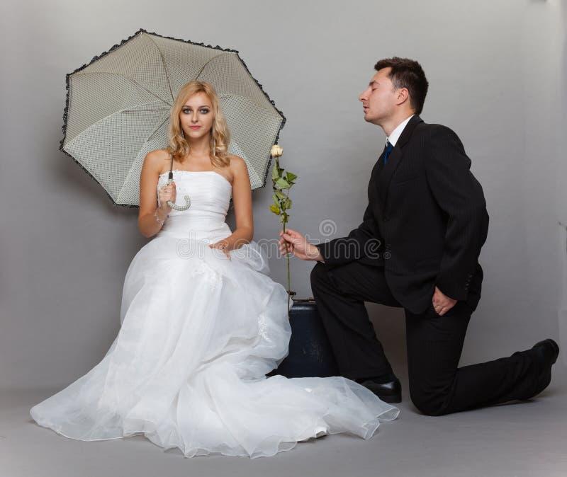 De romantische de echtpaarbruid en bruidegom met namen toe stock foto