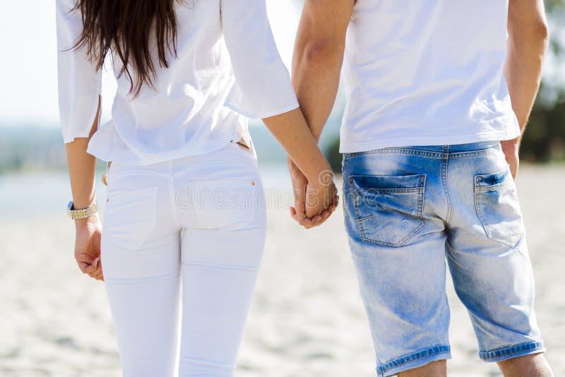 De romantische handen van de paarholding royalty-vrije stock foto