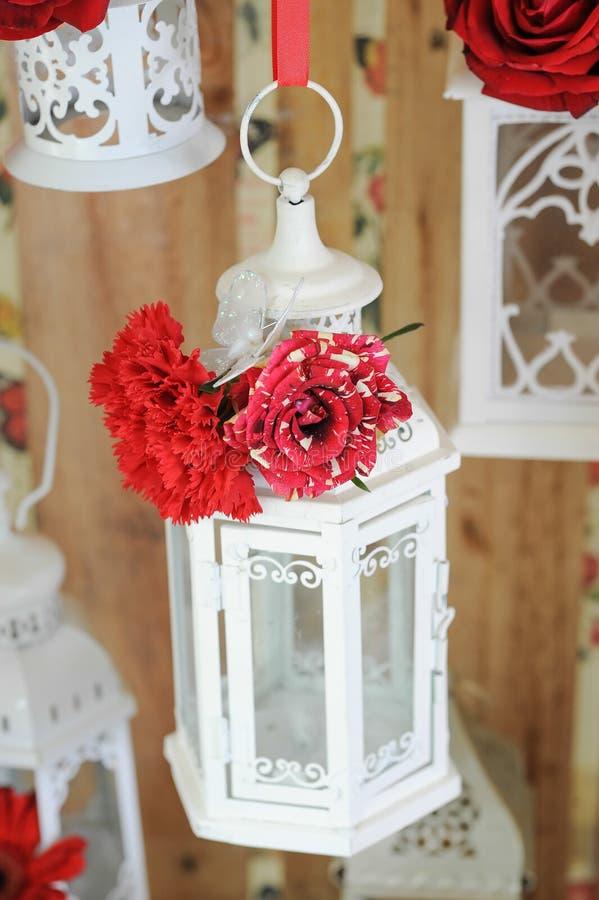 De romantische lantaarn met rood nam toe royalty-vrije stock foto
