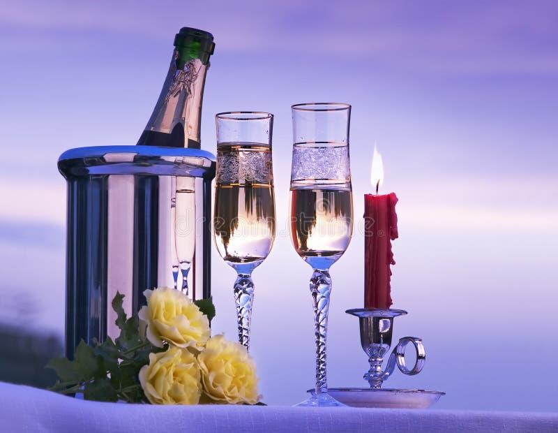 De romantische mening van de kunst met champagne en kaarsen stock afbeeldingen