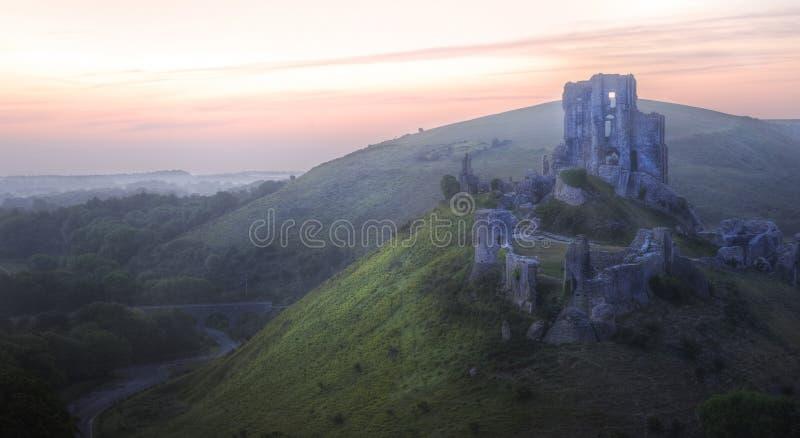 De romantische ruïnes van het fantasie magische kasteel tegen stock foto's