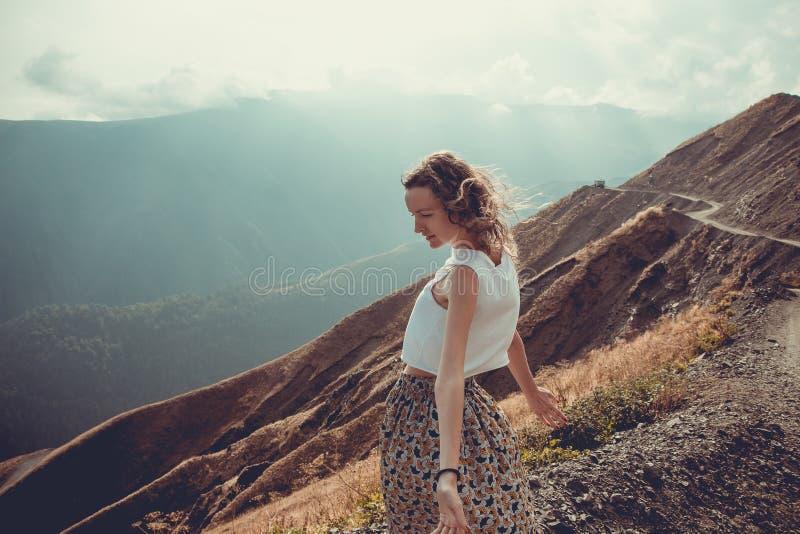 De romantische vrije jonge vrouw met haarwind geniet van harmonie met aard en verse lucht Vrede van mening Gelukkig rustig meisje royalty-vrije stock afbeelding