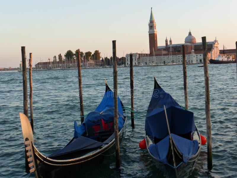 De romantiska gongolasna av den storslagna kanalen i venice Italien arkivfoton