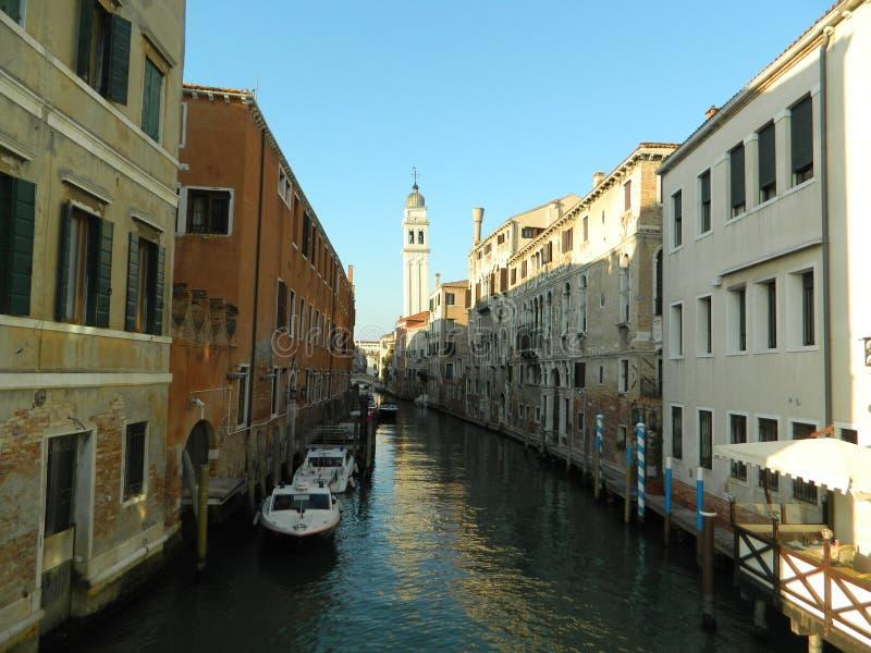De romantiska gongolasna av den storslagna kanalen i venice Italien arkivbild